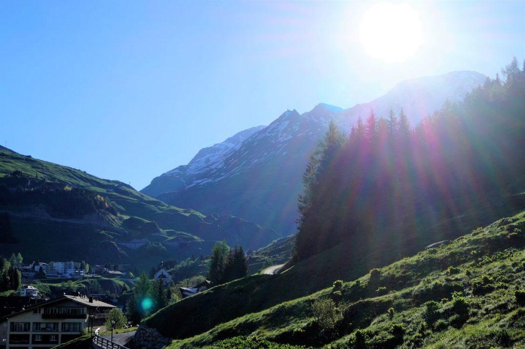 Nach einer frischen Nacht auf 2.100 m ü. M. wärmt uns die Morgensonne auf und taucht das ganze Tal auf dem Gotthard-Pass in fröhliches Licht