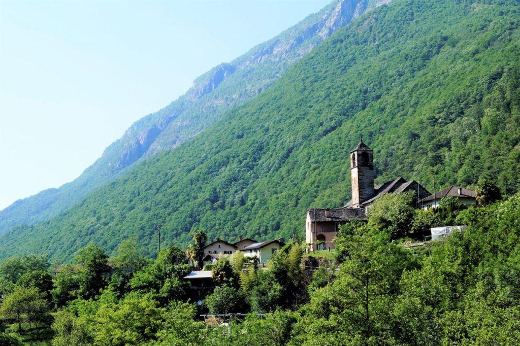 Bewaldete Hänge und kleine Städtchen mit südländischem Charme im Valle Maggia (Maggia-Tal)
