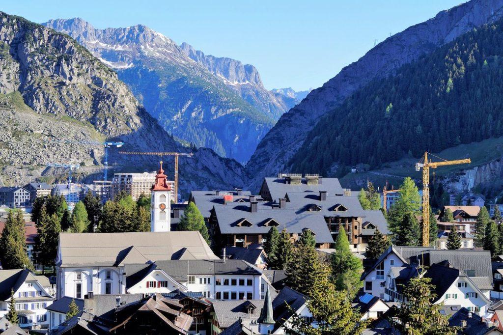 Das urige Städtchen Andermatt auf dem Gotthard-Pass schmiegt sich in die Berge ein